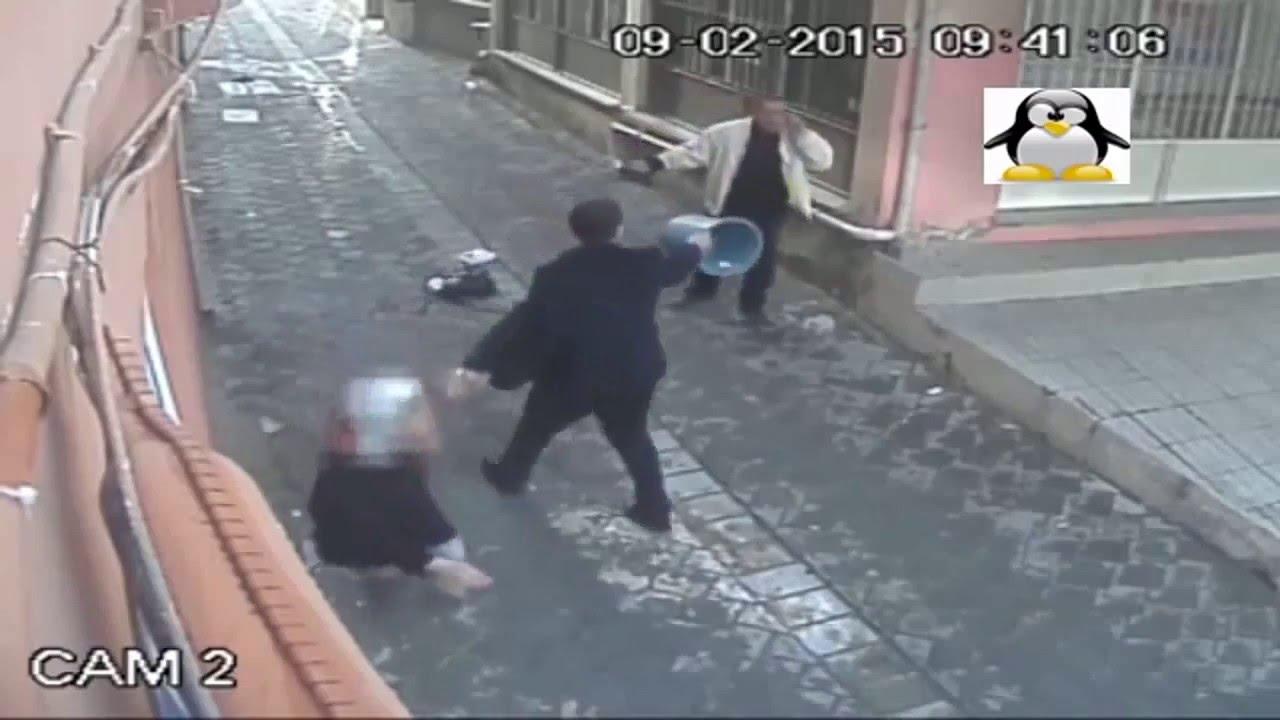 Kadına şiddett !!!! Kadını bıçagın altından elindeki damacanayla kurtaran cesur adam